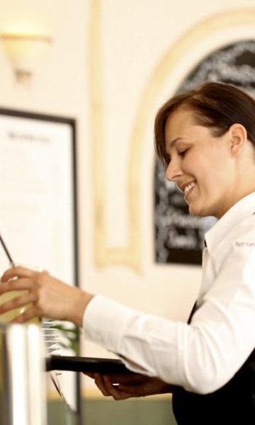 Curso de preparación y servicio de bebidas y comidas rápidas en el bar
